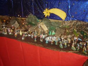 Il presepe realizzato nell'atrio della Scuola da alunni e genitori della classe quinta primaria