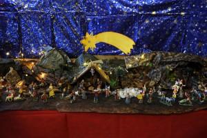 Il presepe realizzato nell'atrio della Scuola da alunni e genitori della classe quinta
